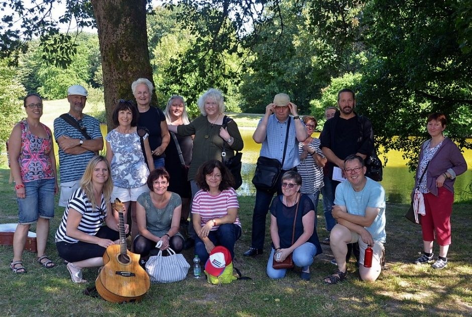 Gruppe von Erwachsenen in einem Park