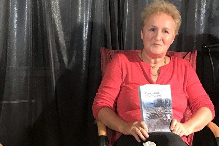 Frau sitzt da mit Buch